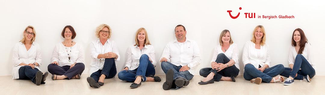 entspannte Gruppenaufnahme vom Team der TUI Bergisch Gladbach